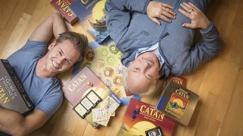 Bei Spieleentwickler Klaus Teuber (rechts) und seinem Sohn Benjamin dreht sich alles um Entwicklung und Testen von Gesellschaftsspielen. Foto: Patrick Liste