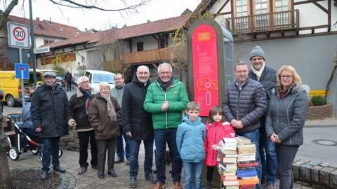 Nun ist er offiziell übergeben worden, der innogy-Bücherschrank, der seinen Standort am Brunnenplatz in Bockenau hat. Philip und Lina Will durften ihn enthüllen. Foto: Reinhard Koch  Foto: Reinhard Koch