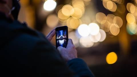 Viele Innenstädte sind weihnachtlich geschmückt, obwohl Weihnachtsmärkte wegen Corona ausfallen müssen. Viel mehr bedrückt viele Menschen aktuell jedoch die Sorge, das Fest der Liebe ohne ihre Familien feiern zu müssen. Foto: dpa