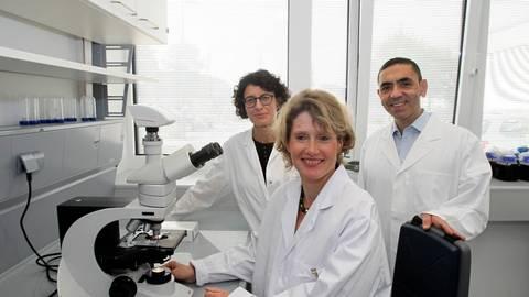 Die ehemalige Wirtschaftsministerin Eveline Lemke (Mitte) bei der Eröffnung der Ganymed-Labore 2014 mit Dr. Özelm Türeci (links) und Prof. Dr. Ugur Sahin (rechts).  Foto: Jörg Henkel