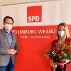 Tobias Eckert gratuliert Alicia Bokler nach deren Wahl zur Direktkandidatin der SPD  Foto: SPD Limburg-Weilburg