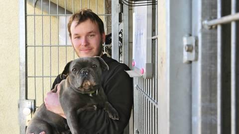 Tierpfleger Pascal Höfs mit Bulldogge Bijou. Foto: Thomas Schmidt