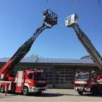 Das neue Fahrzeug der Feuerwehr Hochheim (links) hat einen deutlich größeren Korb als das Vorgängermodell. Foto: Freiwillige Feuerwehr Hochheim