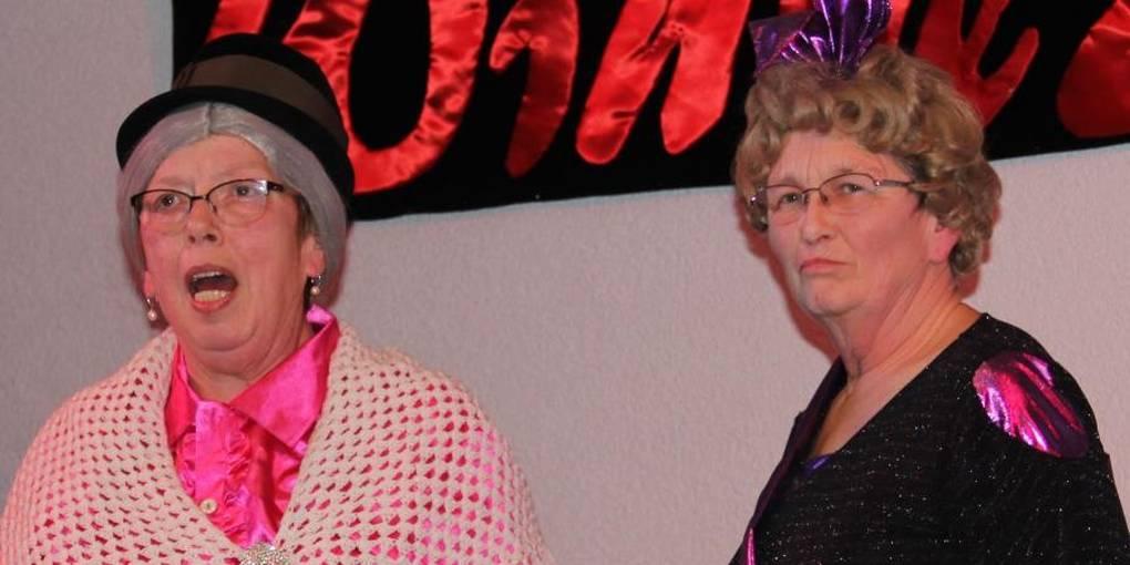 Oma und Enkelin pissen sich gegenseitig voll