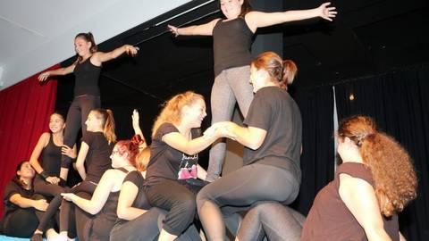 Die älteren Jahrgänge legten sich mächtig ins Zeug für die neuen Schüler. Wie hier die Akrobatikgruppe der Klasse 8c mit ihrem sehenswerten Auftritt.Fotos: Jürgen Kunert   Foto: