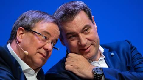 Armin Laschet (CDU), Ministerpräsident des Landes Nordrhein-Westfalen, und Markus Söder (CSU), Ministerpräsident des Landes Bayern, hier auf einem Foto aus dem April 2019, haben beide Ambitionen für das Kanzleramt. Foto: Guido Kirchner/dpa