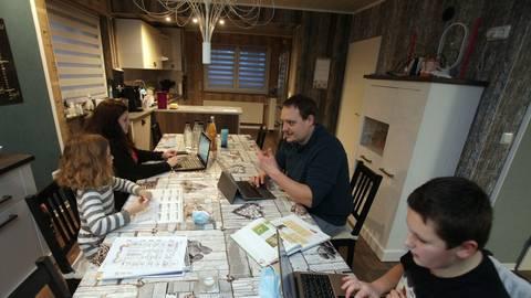 So sieht der Familienalltag bei Familie Haas zurzeit aus: Eva (v.li.), Felicitas, Simon und Leon Haas versuchen, Arbeiten und Unterrichten zu Hause gut hinzubekommen. Foto: pakalski-press/Axel Schmitz