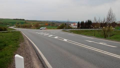 Hier sind derzeit noch 100 Kilometer pro Stunde erlaubt: die Ausfahrt aus dem Ahlbacher Weg auf die Dehrner Umgehungsstraße.  Foto: Christiane Müller-Lang