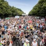 Tausende Menschen, kein Abstand: So präsentierte sich die Kundgebung in Berlin auf der Straße des 17. Juni. Foto: dpa