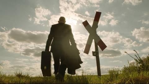 """Ulrich Kainer (Martin Wuttke) in einer Szene des Spielfilms """"Heute stirbt hier Kainer"""". Foto: HR/dpa"""