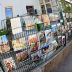Am Zaun der katholischen Kita in Zornheim hängen zahlreiche Fotos vom ungewohnten Alltag der Kinder zuhause. Foto: hbz/Michael Bahr