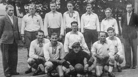 Die Rödgener Mannschaft aus dem Jahr 1949: Die Währungsreform ein Jahr zuvor war Auslöser vieler Vereinsaustritte. Fotos/Repro: Jung