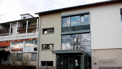 In der Hessischen Berglandklinik in Bad Endbach sind zwei Mitarbeiter positiv auf den Coronavirus getestet worden. Neun weitere Personen sind nun in Quarantäne.  Archivfoto: Regina Tauer