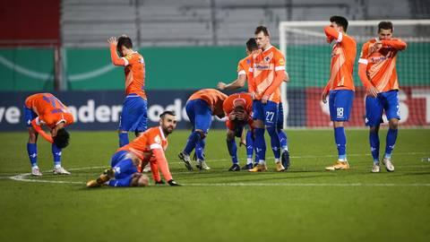 Groß war die Enttäuschung der Lilien nach dem 6:7 im Elfmeterschießen in Kiel und dem Aus im DFB-Pokal.  Foto: dpa