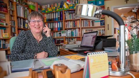 Momentan bleibt Monika Windörfer per Telefon mit den Bewohnern des Altenheims in Verbindung. Foto: Thorsten Gutschalk