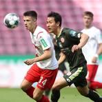 Kölns Noah Katterbach (li.) und der Mainzer Dong-won Ji kämpfen um den Ball. Foto: dpa