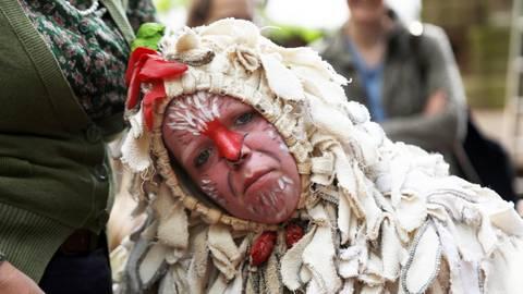 """Ein Huhn namens Sybille ist Star der Gruppe """"Picante"""" bei den Figurentheatertagen."""