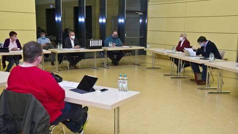 Im Oberlibbacher Dorfgemeinschaftshaus nahm der neu gebildete Akteneinsichtsausschuss seine Arbeit auf. Foto: Mallmann/AMP