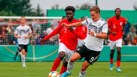 Sebastian Müller, hier beim Jugend-Länderspiel gegen England, feierte in dieser Saison sein Bundesliga-Debüt bei Arminia Bielefeld. Inzwischen ist der Angreifer an den VfL Osnabrück ausgeliehen. In der Jugend spielte Müller auch für den Jugendförderverein Alsfeld, wo man die Zukunft des Torjägers natürlich weiter genau verfolgt.   Foto: imago
