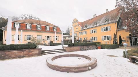 Das Jagdschloss Kranichstein mit Hotel (rechts) und Restaurant Kavaliersbau im Winterschlaf.  Foto: Andreas Kelm