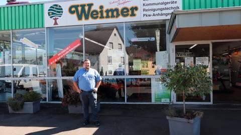 Der letzte Tag in Laubach: Timo Weimer am Freitag vor der Filiale des Landtechnik-Unternehmens aus Ruttershausen. Foto: Schuette