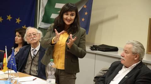 Senatorin Laura Garavini  (Mitte) hält bei der Europa-Union im Kreis einen Impulsvortrag zu 50 Jahren Integration ehemaliger italienischer Gastarbeiter. Foto: Vollformat/Frank Möllenberg