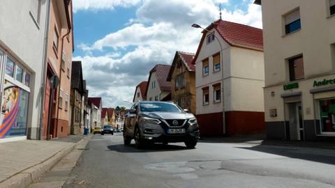 Die Ortsdurchfahrt im Ortsteil Lang-Göns ist dringend sanierungsbedürftig, eine Machbarkeitsstudie wird nun in Auftrag gegeben. Foto: Rieger
