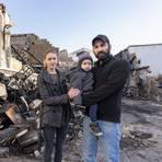 Beim Lagerhallenbrand in Goddelau haben Alina und Özgür mit Sohn Gabriel ihre Existenzgrundlage verloren.  . Foto: Vollformat/Robert Heiler