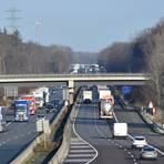 Die A 67 (hier bei Einhausen) soll in Richtung Norden auf sechs Spuren verbreitert werden. Zudem soll die Bahnstrecke Frankfurt-Mannheim östlich (rechts) der Autobahn verlaufen. Foto: Brunnengräber
