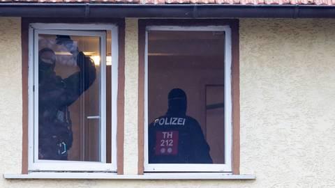 """Polizisten untersuchen im thüringischen Ballstädt ein Haus, das der rechten Szene zuzuordnen ist. Durchsucht wurde auch die Kanzlei von """"Szeneanwalt"""" Dirk Waldschmidt bei Wetzlar. Foto: dpa"""