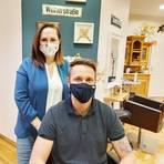 """""""haarschneiderei""""-Inhaberin Tasha Stampone in ihrem Studio mit Kunde und 07-Neuzugang Andy Bender. Foto: Lisa Illner"""