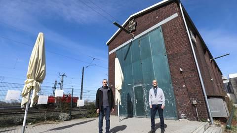Ein Nachtleben nach Corona? – Hier die Weststadtbar an der Mainzer Straße mit Horst Finkbrenner (links) und Jürgen Debus.                Foto: Guido Schiek