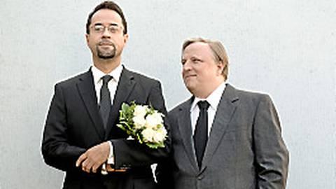 Professor Boerne (Jan Josef Liefers, links) und Kommissar Thiel (Axel Prahl) trauen sich.  Foto: WDR/Martin Valentin Menke