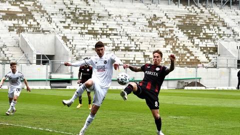 Phillipp Tietz vom SV Wehen Wiesbaden im Zweikampf mit Christoph Greger von der Spvgg. Unterhaching. Foto: Corinna Seibert  / rscp