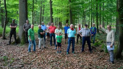 Frank Zabel vom Forstservice Taunus stellt im Wald bei Haintchen eine Fläche vor, auf der ein Friedwald entstehen könnte.  Archivfoto: Andreas E. Müller (Archivfoto)
