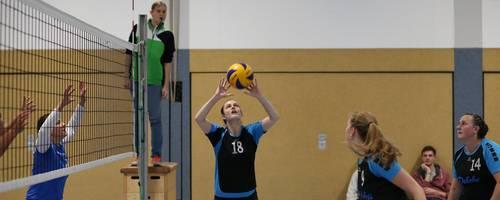 Büdingens Rhea Aull (Nummer 18) ist in dieser Szene in der Zuspielerinnenrolle; von rechts: Anne Aull und Sandra Ditzinger.  Foto: sen