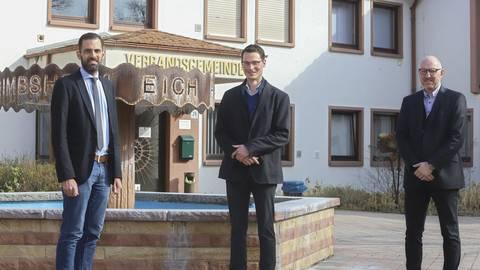 Vor dem Rathaus der Verbandsgemeinde Eich stellten VG-Bürgermeister Maximilian Abstein (links) und Büroleiter Markus Keller (rechts) den neuen Klimaschutzmanager Sebastian Weber (Mitte) vor. Foto: pakalski-press/Andreas Stumpf