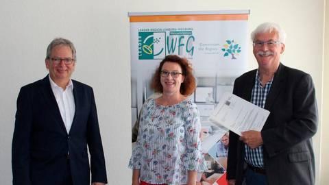 Bei der Übergabe des Zuwendungsbescheides: Jörg Sauer (l.), Martina Donnert und Helmut Jung. Foto: Landkreis Limburg-Weilburg