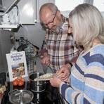 Patricia Bastian-Geib und und ihr Ehemann, Klaus Peter Geib, kochen mit Freude nach alten Rezepten von Oma und Mama. Langeweile kommt bei ihnen trotz Corona-Krise nicht auf. Foto: Patricia Bastian-Geib