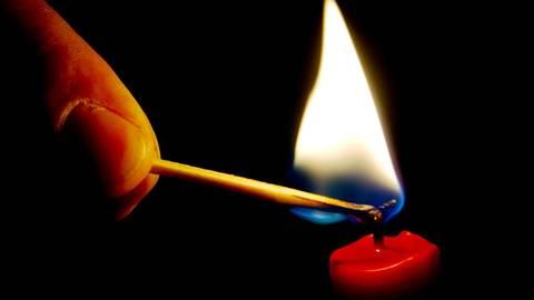 Eine Kerze wird angezündet. Symbolfoto: dpa