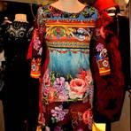 Ein farbenfrohes Kleid aus der Boutique. Foto: Anja Kossiwakis