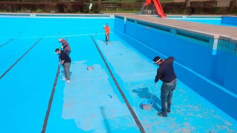 In frischem Lichtblau erstrahlen nun wieder die Becken im Freibad Weidenhausen: Mitarbeiter des Gladenbacher Bäderbetriebes bringen bei den Reparaturarbeiten jede Menge Farbe ins Spiel.  Foto: Michael Tietz