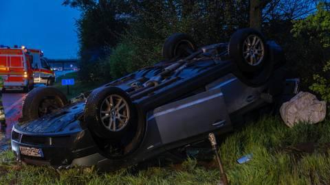 An der Auffahrt Königsstätten überschlug sich das Auto. Zwei Personen wurden verletzt. Foto: 5vision.media