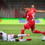 Ridle Baku vom FSV Mainz 05 versucht Marcus Ingvartsen von Union Berlin mit einer Grätsche zu stoppen. Foto: rscp
