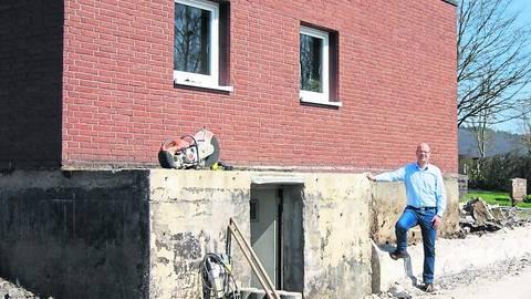 Bürgermeister Dahlmann informiert über die Bauarbeiten. Foto: Gohlke