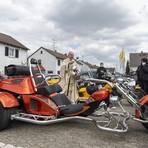 Aus Roßdorf angereist kam Michael Ganß (links), um sein Trike vor der Kirche St. Maria Goretti von Pfarrer Stefan Fillauer segnen zu lassen. Im Hintergrund Ralf und Elke Pritsch. Foto: VF/Robert Heiler.