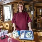 """Susanne Scheller, Inhaberin der """"Krumm Stub"""" in Rimbach, setzt bei der Essenslieferung auf Mehrwegboxen. Foto: Arne Schumacher"""