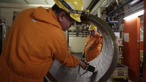 Arbeiter messen die Strahlung an der Innenseite eines Rohres, das einst zum Primärkreislauf des Atomkraftwerks Mülheim-Kärlich gehörte. Foto: André Hirtz   Foto: André Hirtz