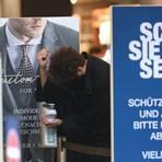 Kunden desinfizieren ihre Hände am Eingang eines Textilgeschäfts auf der Frankfurter Einkaufsmeile Zeil. Mit dem Start ins Wochenende gab es in Hessen viele Corona-Lockerungen, unter anderem entfällt die Verkaufsflächenbegrenzung von 800 Quadratmetern für Geschäfte im Einzelhandel. Foto: dpa