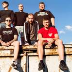 """Die Punkrocker """"Feine Sahne Fischfilet"""" aus Mecklenburg-Vorpommern: Bassist Kai Irrgang (hinten, 2.v.l.) geht im Interview auch auf die politische Botschaft ihrer Lieder ein.     Foto: Andreas Hornoff"""